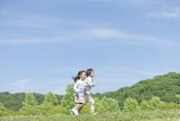 走っている兄妹 07800058691| 写真素材・ストックフォト・画像・イラスト素材|アマナイメージズ