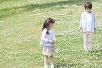 芝生に立っている兄妹 07800058692| 写真素材・ストックフォト・画像・イラスト素材|アマナイメージズ