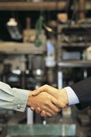 工場で握手をする手
