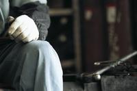 作業服の男性の手