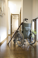 廊下にある車椅子