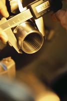 金属を測るノギスのアップ