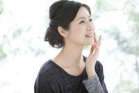 笑顔の中高年女性 07900001146| 写真素材・ストックフォト・画像・イラスト素材|アマナイメージズ