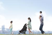 土手を歩く5人家族