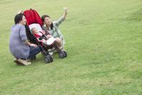 スマートフォンで写真を撮る3人家族
