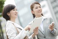 笑顔のビジネスウーマン2人 07900001561| 写真素材・ストックフォト・画像・イラスト素材|アマナイメージズ