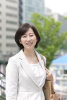 笑顔のビジネスウーマン 07900001599| 写真素材・ストックフォト・画像・イラスト素材|アマナイメージズ