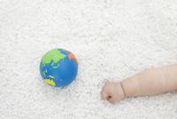 地球儀と赤ちゃんの手