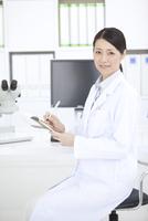 微笑む女性研究員