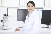 笑顔の女性研究員