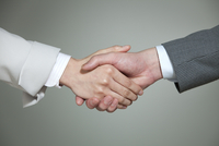 握手をするビジネス男女に手元