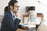ノートパソコンを操作するビジネスマン 07900002139| 写真素材・ストックフォト・画像・イラスト素材|アマナイメージズ