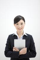 タブレットPCを持つビジネスウーマン 07900002271| 写真素材・ストックフォト・画像・イラスト素材|アマナイメージズ