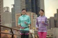 ジョギングをする女性2人
