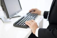 パソコンに向かうビジネスマンの手元