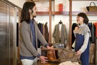 ショッピングをする女性と男性店員