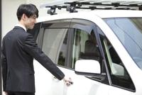 車のドアを開けるビジネスマン