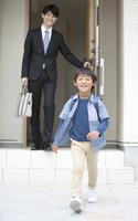 父親と一緒に登校する男の子