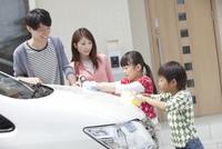 車を洗う家族4人