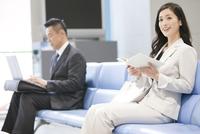 待合室で本を読むビジネスウーマン
