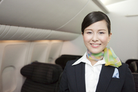 機内で笑顔のキャビンアテンダント