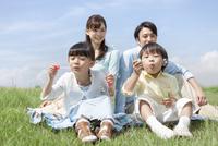 シャボン玉で遊ぶ家族4人
