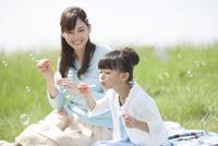 シャボン玉で遊ぶ親子 07900003363| 写真素材・ストックフォト・画像・イラスト素材|アマナイメージズ