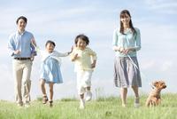 散歩をする家族と犬