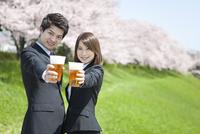 ビールで乾杯するビジネスマン2人