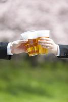 ビールで乾杯するビジネスマンの手