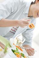 食事をしている男性 07900003701| 写真素材・ストックフォト・画像・イラスト素材|アマナイメージズ