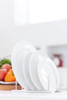キッチンに並ぶ白いお皿