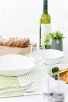 ワインの置かれた食卓