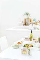 サラダとパスタが並ぶ食卓