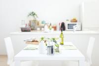 塩胡椒やパンが置かれた食卓