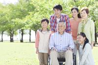 車いすに乗る老人と家族