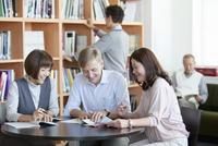 勉強する外国人男性と中高年グループ 07900004089| 写真素材・ストックフォト・画像・イラスト素材|アマナイメージズ