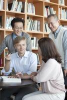 勉強する外国人男性と中高年グループ