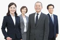 笑顔のビジネスグループ4人