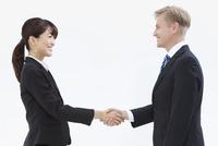 握手する外国人男性とビジネスウーマン