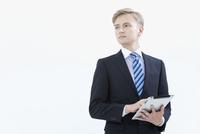 タブレットPCを持つ外国人男性