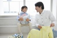 洗濯物を畳む父親と息子