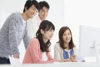 パソコンを見る男女4人