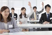 手を挙げるビジネスウーマンとビジネスマン5人 07900004913| 写真素材・ストックフォト・画像・イラスト素材|アマナイメージズ