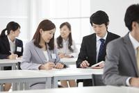 資料を見るビジネスマンとビジネスウーマン5人 07900004916| 写真素材・ストックフォト・画像・イラスト素材|アマナイメージズ