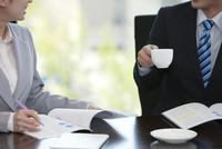 打ち合わせをするビジネスマンとビジネスウーマンの手元 07900005291| 写真素材・ストックフォト・画像・イラスト素材|アマナイメージズ