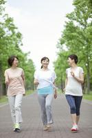 ジョギングをする中高年女性3人 07900005376| 写真素材・ストックフォト・画像・イラスト素材|アマナイメージズ