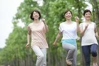 ジョギングをする中高年女性3人