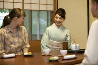 外国人観光客と話をする日本人女性