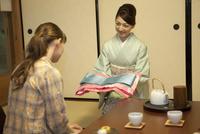 着物を見せる日本人女性
